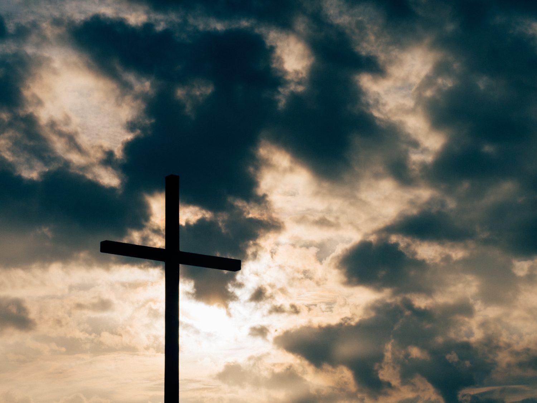 Kors mot dramatisk himmel